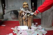 Thần Phật nào cũng Thần Tài. Nguồn Google Images