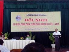 Hiệu trưởng Nguyễn Hồng Anh báo cáo trước đại hội. Ảnh Chu Mộng Long